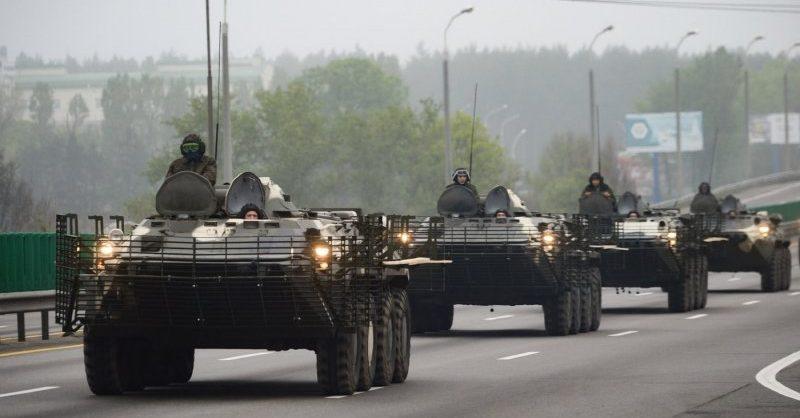 В центр Минска перед акцией протеста стянули бронетехнику и внутренние войска