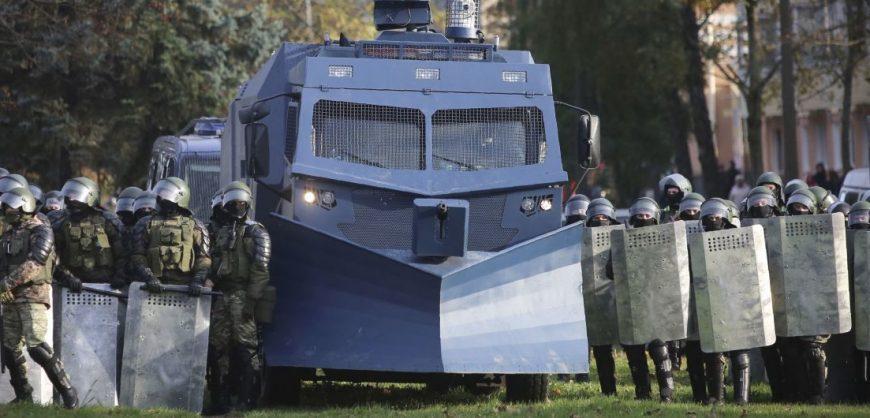 В центр Минска перед акцией протеста стянули спецтехнику и силовиков