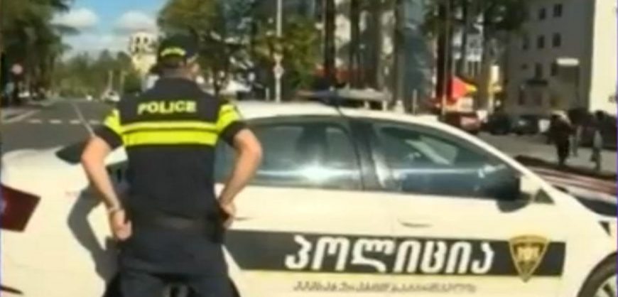 В Грузии вооруженный мужчина захватил заложников в банке и потребовал $500 тысяч