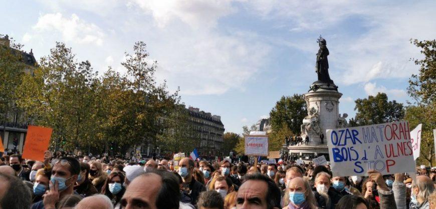 В Париже тысячи людей вышли на митинг памяти убитого учителя Самюэля Пати