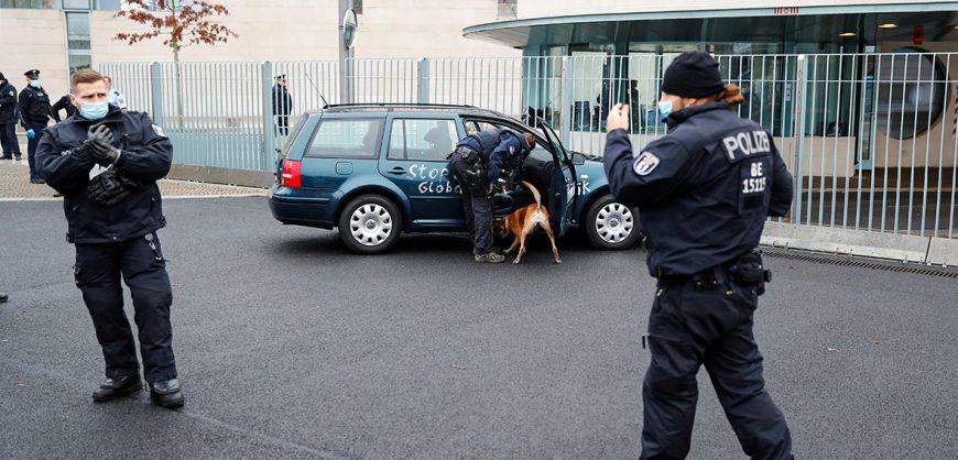 В Берлине машина с надписью «Остановите политику глобализации» врезалась в ворота офиса Меркель