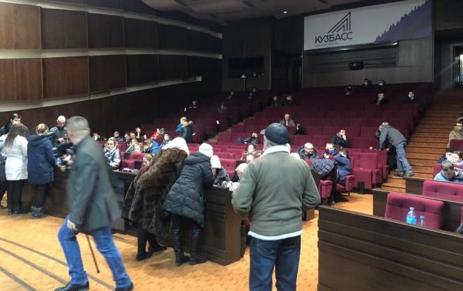 Жители Новокузнецка провели ночь в мэрии в знак протеста против отмены городских маршрутов
