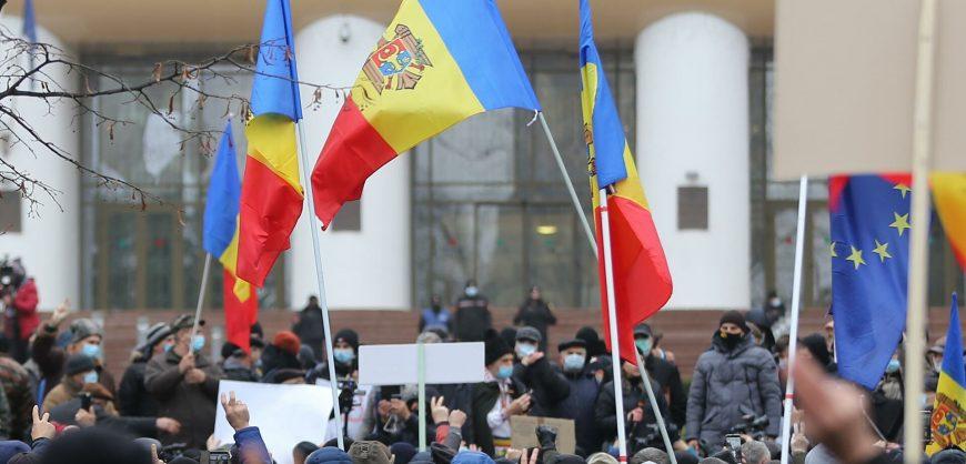 В Кишиневе проходит митинг сторонников Санду против сокращения полномочий президента