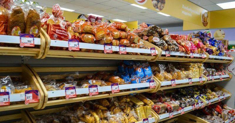 «Пятерочка», «Перекресток» и «Карусель» снижают цены на хлеб, макароны, тушенку и молоко