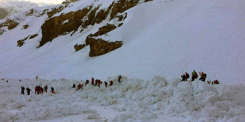 На Домбае снежная лавина сошла на горнолыжную трассу, под снегом могут находиться до 12 человек