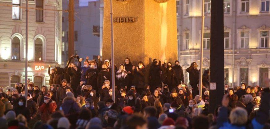 Силовики жестко разгоняют протестующих с площади Восстания в Петербурге