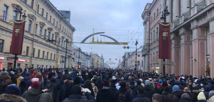 В Петербурге протестующие пошли по Невскому проспекту и по Гороховой
